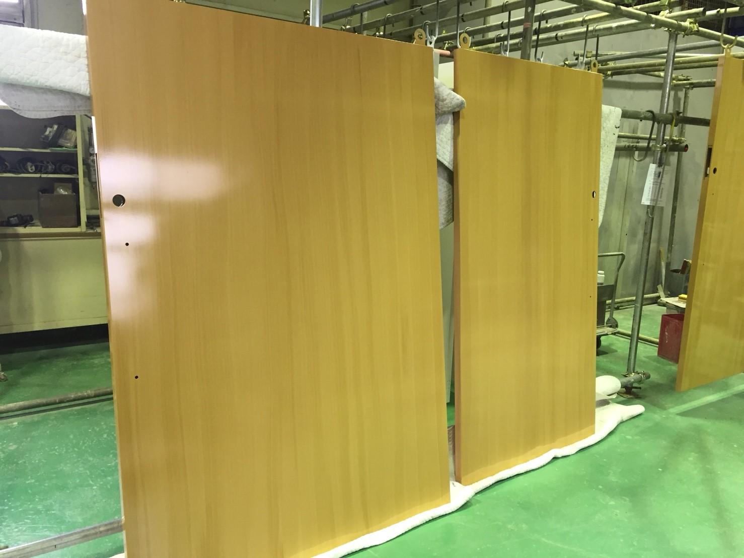 大型重量扉への木目塗装 ~塗装でイメージチェンジを~